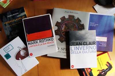 Libri recensiti sulla scrivania