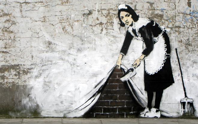 """La """"Maid"""" di Banksy su un muro di Londra"""